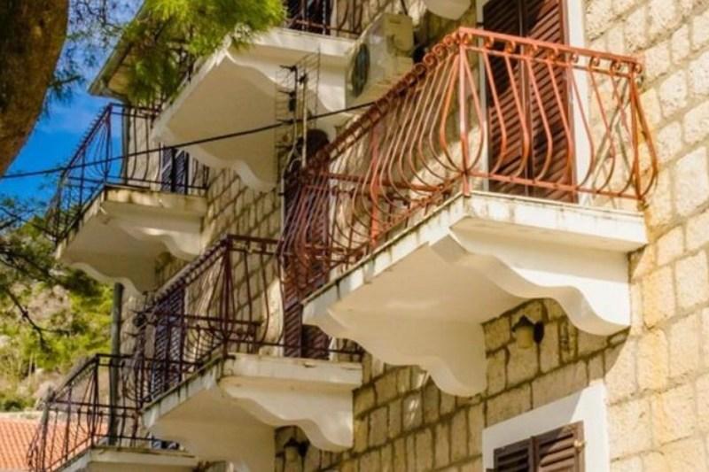 naš balkon (prvi) slikan sa ulice (Copy)