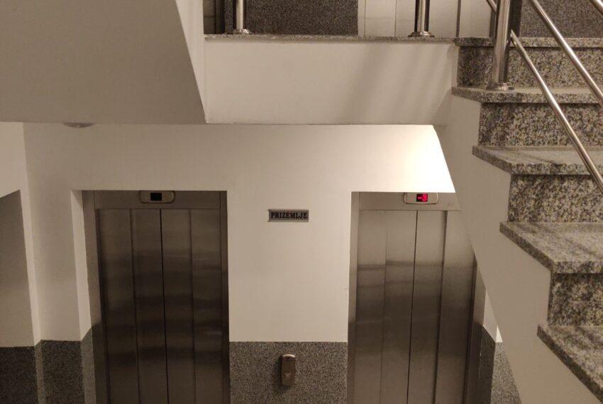 Stepeniste u ulazu sa dva lifta