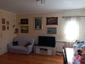 Pogled iz dnevne sobe na TV