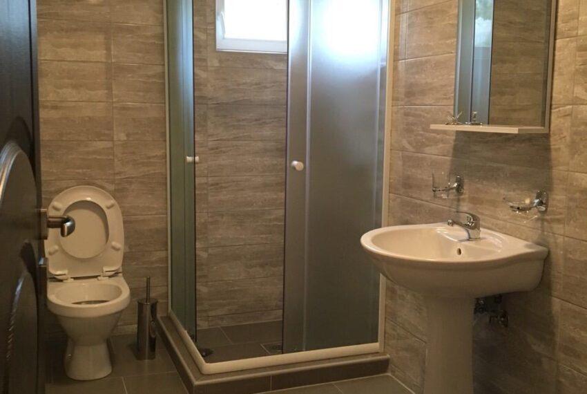 Slika 12 Kupatilo sa tuš kabinom u apartmanu