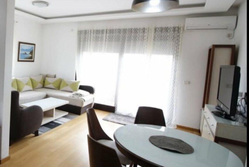 trpezarijski sto i pogled na dnevnu sobu