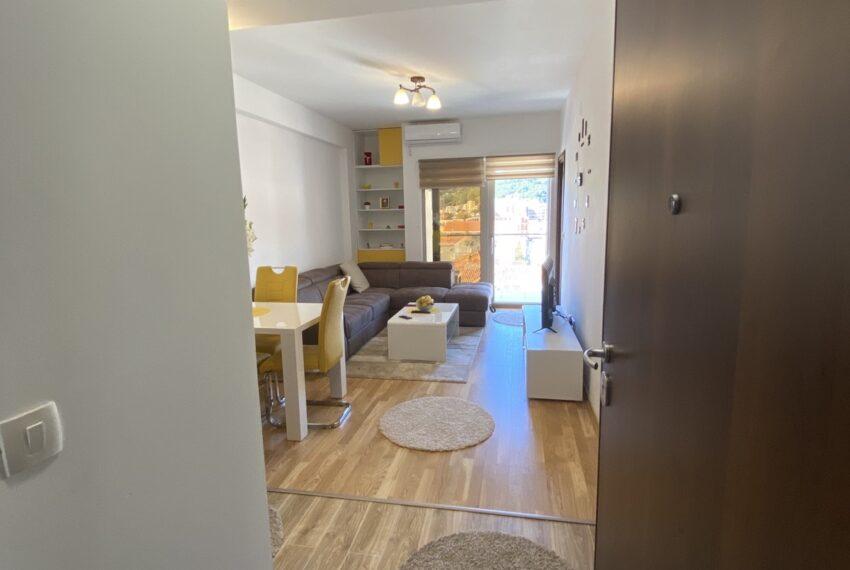 Pogled na dnevnu sobu iz hodnika