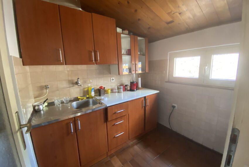 Kuhinja sa otvorima i špajizom