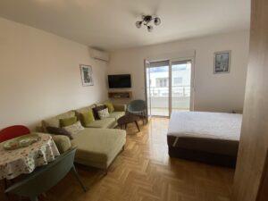 Studio apartman, dnevni i spavaci dio sa izlazom na teras