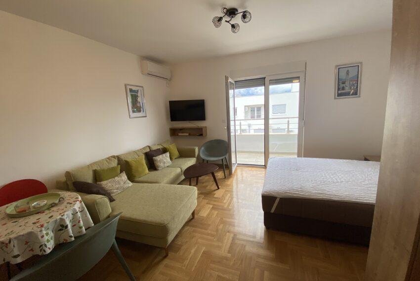 Studio apartman, dnevni i spavaci dio sa izlazom na terasu