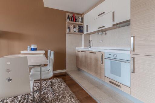 Kuhinja moderna sa svim potrebnim aparatima
